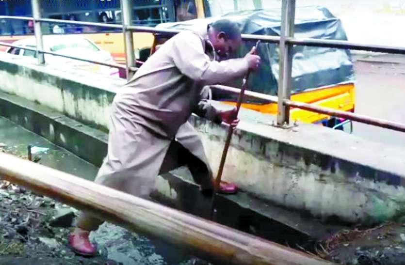 सड़क पर पानी रोकने के लिए पुलिस कर्मियों को करनी पड़ी सफाई