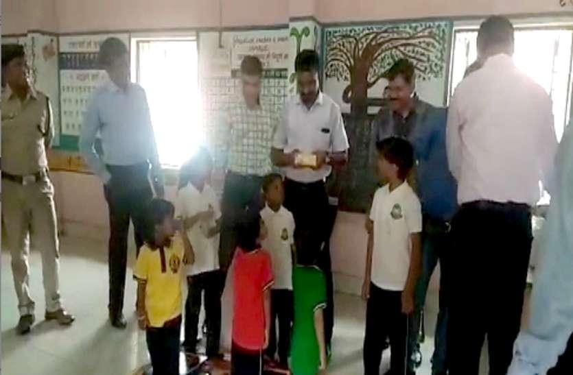 मां के साथ सजा काट रही दो बच्चियों का IAS, IPS ने स्कूल में कराया दाखिला, गिफ्ट भी दिए