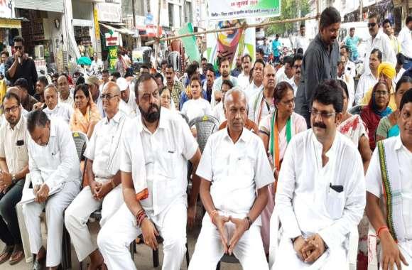 केंद्र सरकार की नीतियों पर भड़की कांग्रेस, एक दिवसीय धरना प्रदर्शन कर राष्ट्रपति के नाम सौंपा ज्ञापन