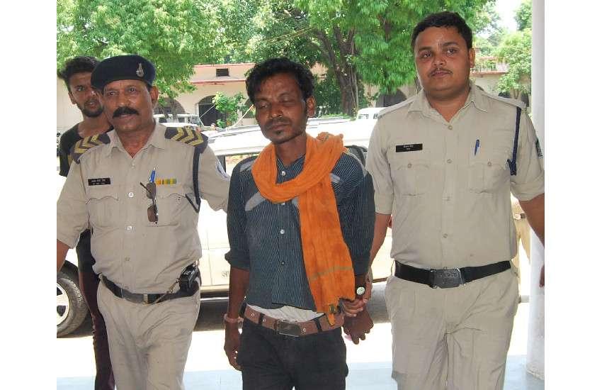 बेटी की हत्या के आरोपी पिता को गिरफ्तार कर ले जाती पुलिस