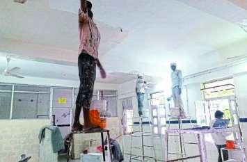सूरत-ए-जिला अस्पताल...अस्पताल में रंग-रोगन, बरामदे में चल रहा मरीजों का उपचार