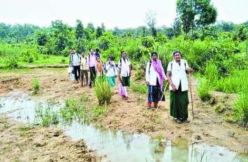 तीन दिनों तक पैदल 40 किमी चलकर किया सैकड़ों ग्रामीणों इलाज, बांटी गई दवाइयां
