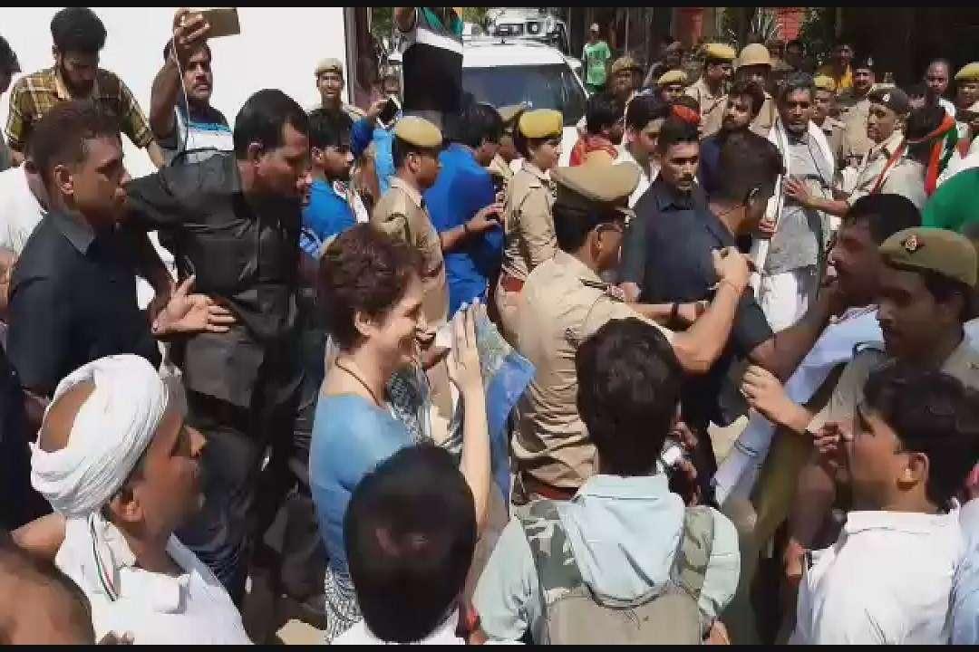 26 घंटे के धरने को समाप्त कर बनारस निकलतीं प्रियंका गांधी