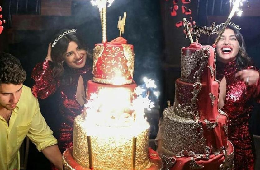 प्रियंका के बर्थडे सेलिब्रेशन की तस्वीरें और वीडियो वायरल, ऐसे बोल्ड लुक में देसी गर्ल ने काटा पांच लेयर्स वाला केक