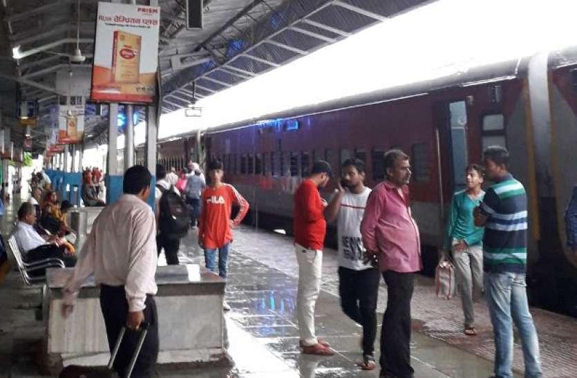 रेलवे स्टेशन में प्लेटफार्म के अंदर भर गया बारिश का पानी