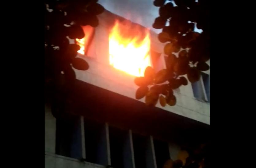 Ghaziabad: SALES TAX ऑफिस में अचानक उठने लगी आग की लपटें तो मची भगदड़, तमाम फाइल जलकर हुई राख- देखें वीडियो
