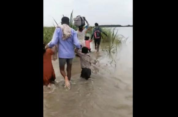 बाढ़ आने से घरों में भरा कई फीट पानी, प्रशासन से मदद का ग्रामीणों को इंतजार, देखें वीडियो