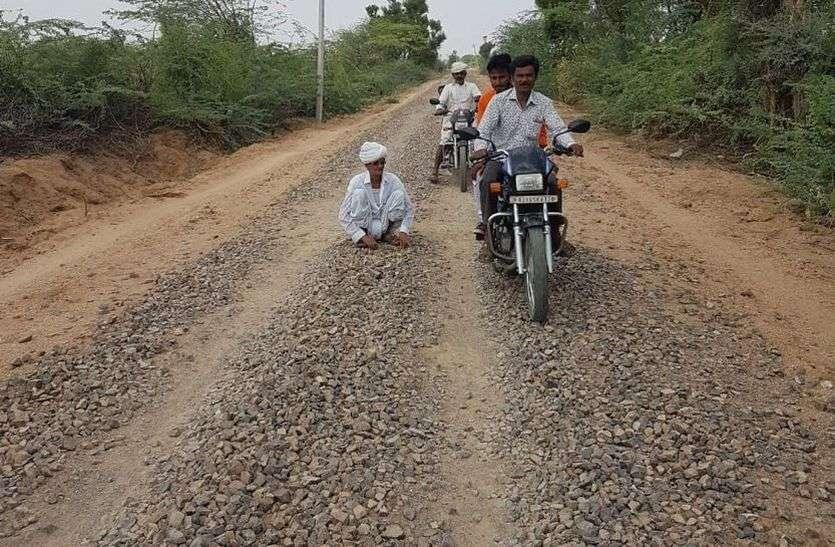 PWD RAJASTHAN: निर्माण की अवधि गुजर गई और कंक्रीट बिछाकर छोड़ दी सड़क
