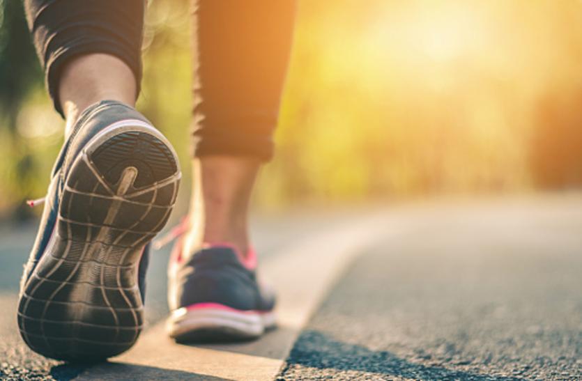 सात घंटे बैठते हैं तो स्वस्थ रहने के लिए 5 किमी चलें