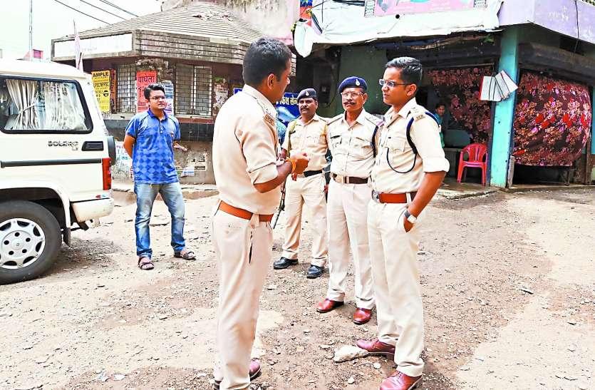 सरेआम हो रही थी शराबखोरी, पुलिस ने दबिश देकर लगाई लताड़