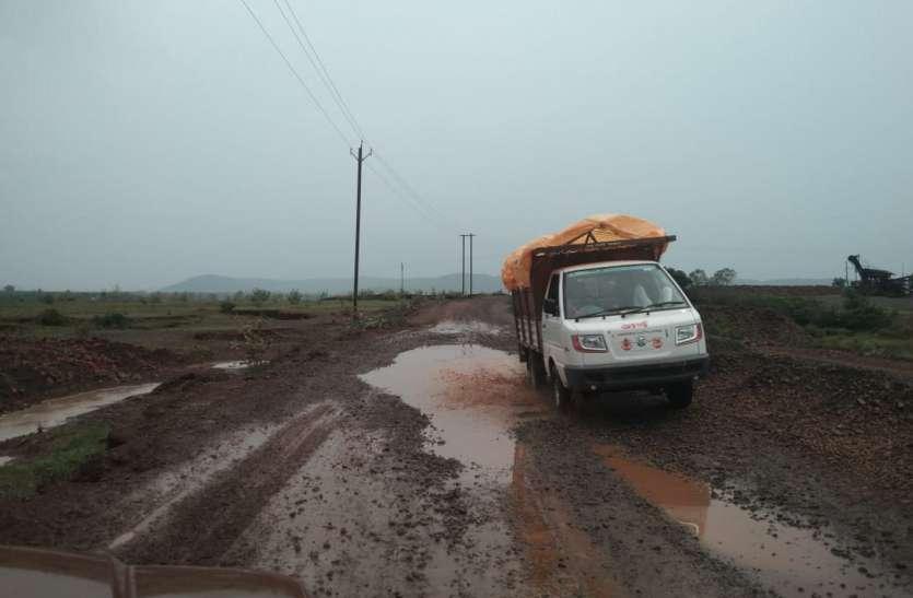 तीन किलोमीटर सड़क बनाने में लग गए दो साल, कीचड़ व जगह-जगह पड़ी गिट्टी बनी परेशानी का सबब