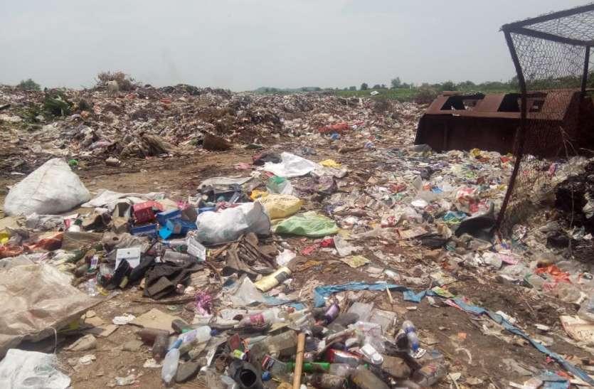 कचरा संग्रहण केन्द्र में ढाई माह से बंद पड़ी मशीन कचरों का लगा ढेर
