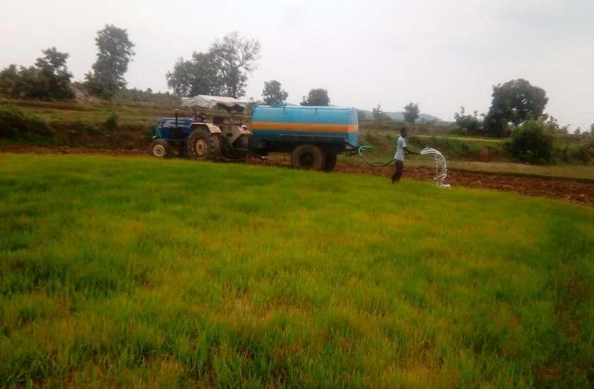सूख रही फसल को बचाने के लिए किसान कर रहे टैंकरों से सिंचाई