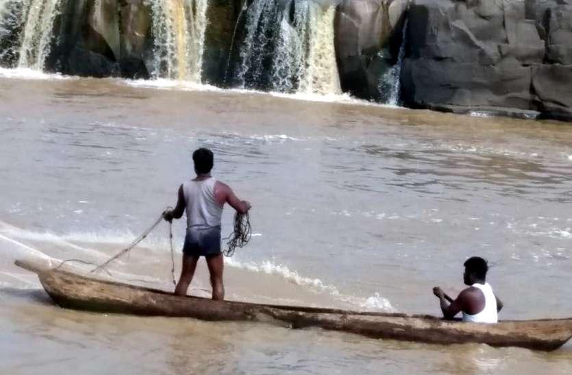 बेखौफ मछुआरे नर्मदा में डाल रहे जाल