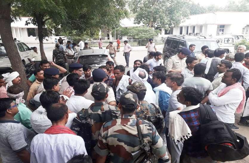 पौधे लगाने पर किसान को मिली ऐसी सजा, गांव में भारी संख्या में पुलिस तैनात