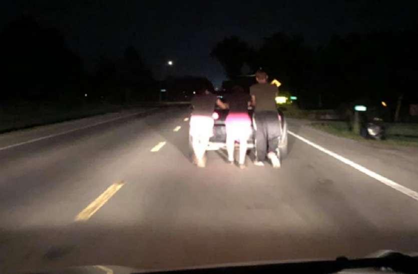 आधी रात को सुनसान हाईवे पर खराब हुई महिला की कार, फिर इन लड़कों ने किया ऐसा काम