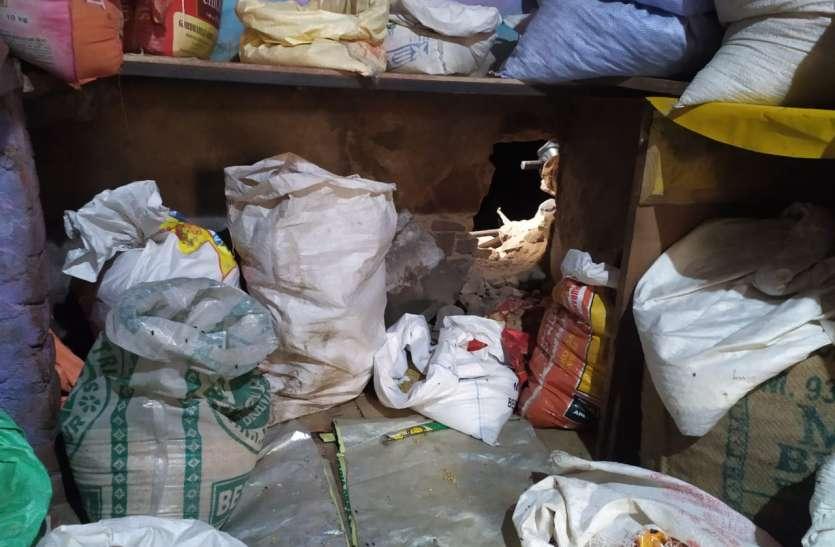 दीवार तोड़ दुकान से नकदी व सामान चोरी