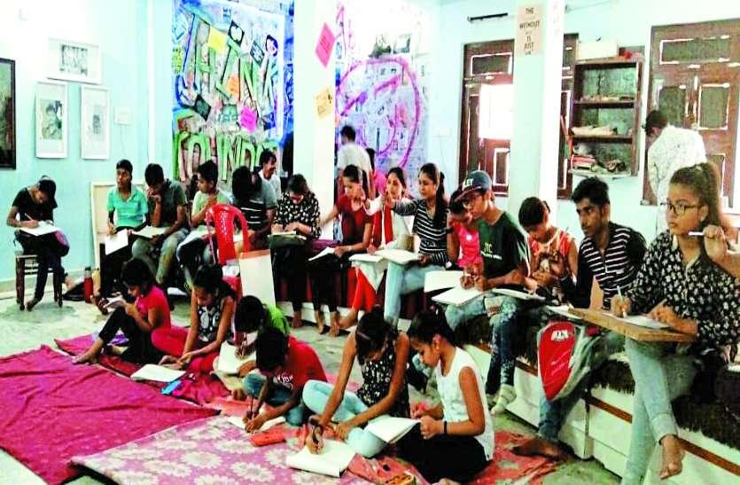 कला को बढ़ावा देने बच्चों को मुफ्त सिखा रहे पेंटिंग