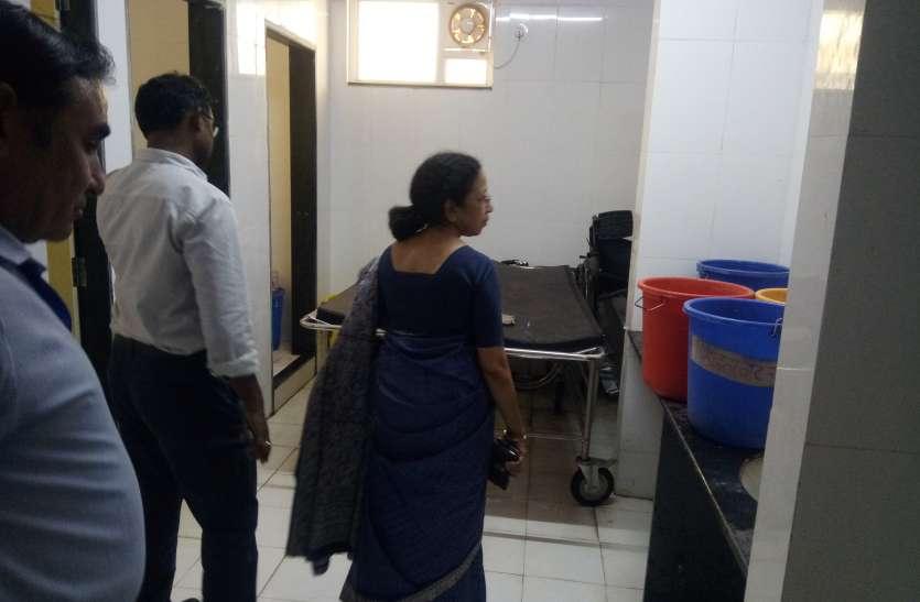 शौचालय में रखे मिले स्टे्रचर और गंदगी पर भडक़ी डायरेक्टर डॉ. श्रीवास्तव