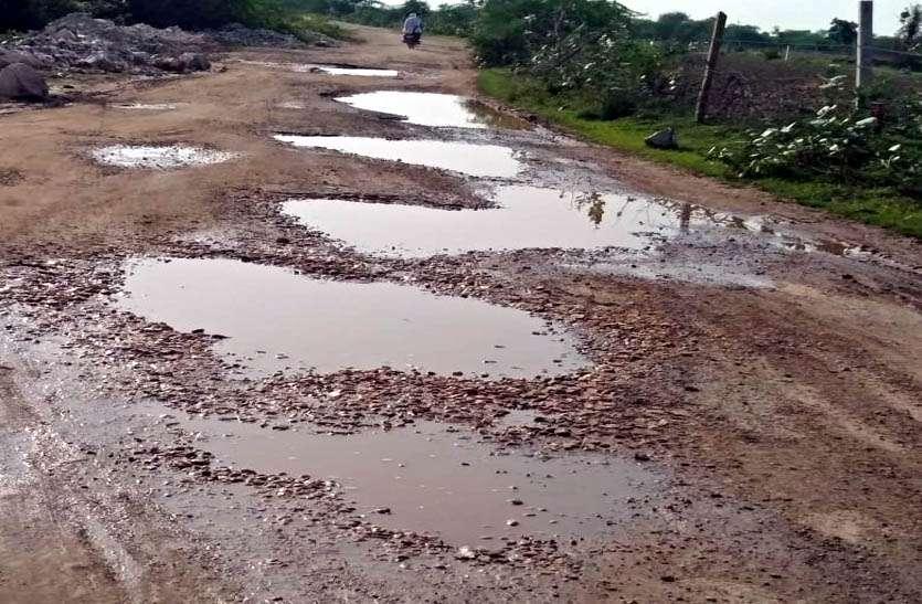 क्षतिग्रस्त मार्ग बना राहगीरों के लिए परेशानी का सबब, वाहन चालक गिरकर हो रहे चोटिल