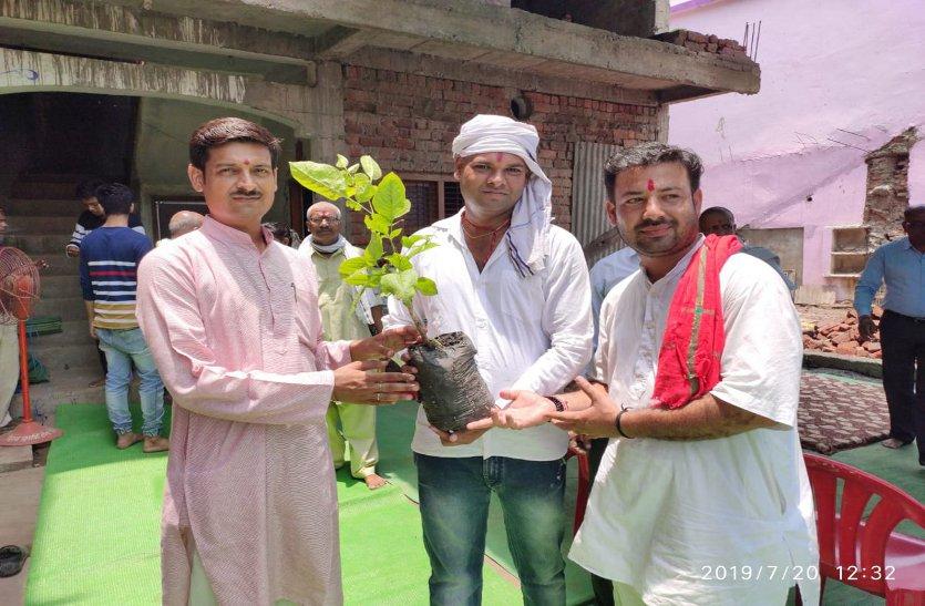 कहीं मृत्युभोज बंद हुआ तो कहीं पर तेरहवीं में बांट रहे रिश्तेदारों को पौधे