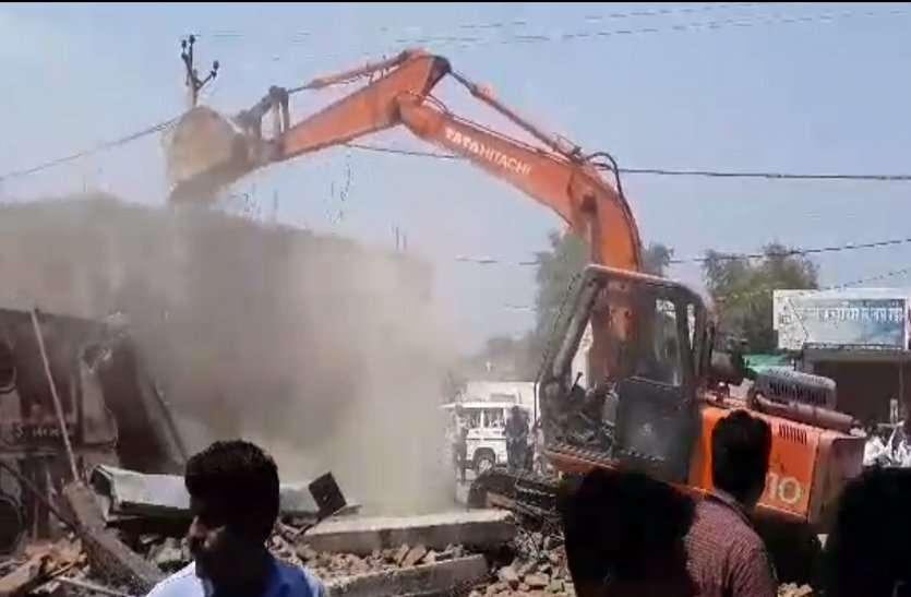 Breaking: दिग्विजय सिंह के गृह नगर राघोगढ़ में 144 धारा के बीच, 60 अवैध दुकानों पर कार्रवाई शुरू