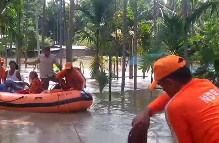 बाढ़ में फंसे लोगों को यूं बचाया