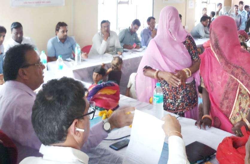 रात्रि चौपाल में कलक्टर ने जनसुनवाई कर ग्रामीणों की समस्याओं का किया समाधान