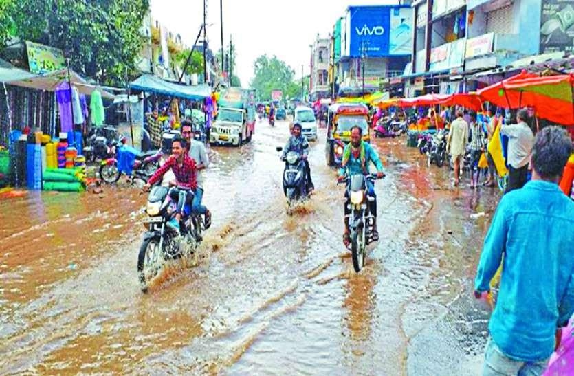 एक घंटे मूसलाधार बारिश ने शहर को बनाया तालाब, फिर भी किसानों का संकट नहीं हुआ दूर