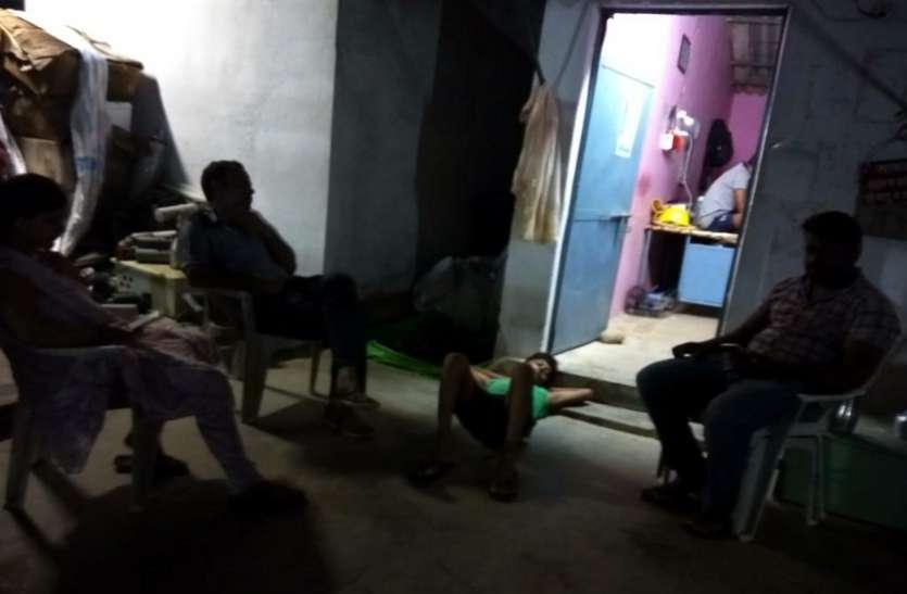 घंटों बिजली रही बंद तो ग्रामीणों ने उठाया यह कदम, बिजली कर्मचारियों के उड़ गए होश