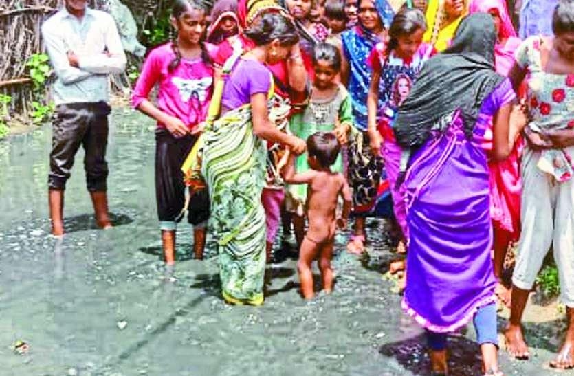 नगर परिषद बैकुंठपुर में दूषित पानी और गंदगी में जी रहे रहवासी