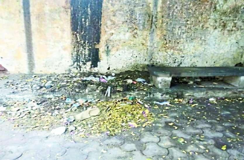 स्कूल और मंदिर प्रबंधन की खींचतान में छात्राओं की जान को खतरा
