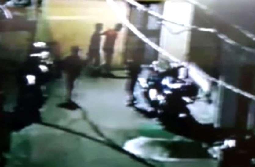 युवकों ने बाइक चोरी का किया प्रयास, सीसीटीवी में कैद हुई घटना