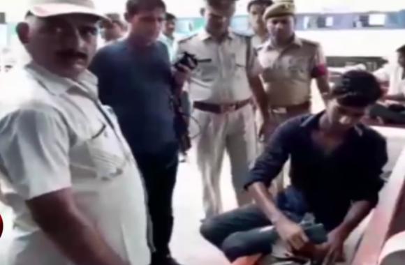 VIDEO: अचानक पुलिसकर्मियों के साथ रेलवे स्टेशन पहुंचे अधिकारी और ली सवारियों की तलाशी, यात्रियों में मचा हड़कंप
