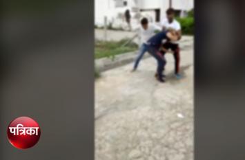 'शूटर' को आधा दर्जन युवकों ने लात-घूसों और बेल्ट से गिरा-गिराकर पीटा, Viral Video देख खौल जाएगा खून