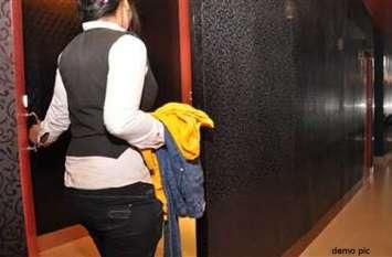 शोरूम में शॉपिंग के बहाने दो महिलाओं ने ट्रायल रूम में कपड़ों के नीचे पहने इतने अंडरगारमेंट्स, हर कोई रह गया हैरान
