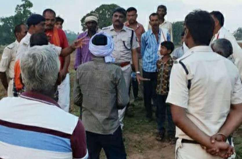 जमीन को लेकर सरहंगों ने आदिवासी महिला को ट्रैक्टर से रौंदा