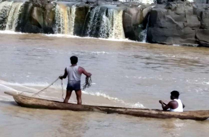 बेखौफ मछुआरे नर्मदा में डाल रहे जाल, संबंधित विभाग नहीं कर रहा कार्रवाई