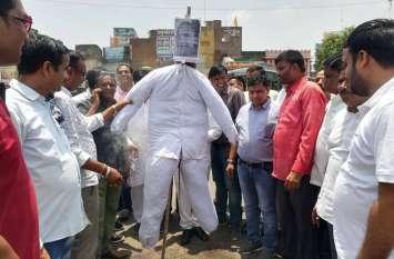 सोनभद्र मामले को लेकर यूपी के मुख्यमंत्री योगी आदित्यनाथ का पुतला दहन