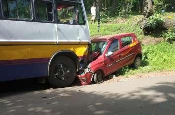 कार पर चढ़ी बस, चीखने लगे कार सवार, मौके से फरार हो गया चालक