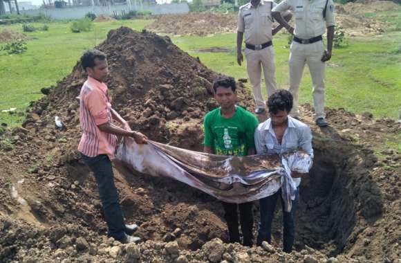 पुलिस द्वारा लाश दफनाने के बाद जानें परिजनों ने क्यों कब्र से बाहर निकाला शव