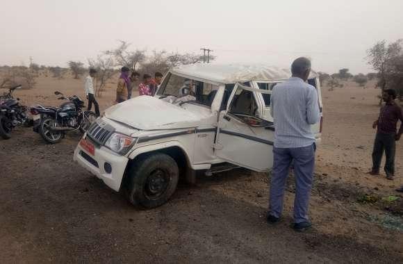 वाहन पलटने से दो बैंककर्मी हुए घायल