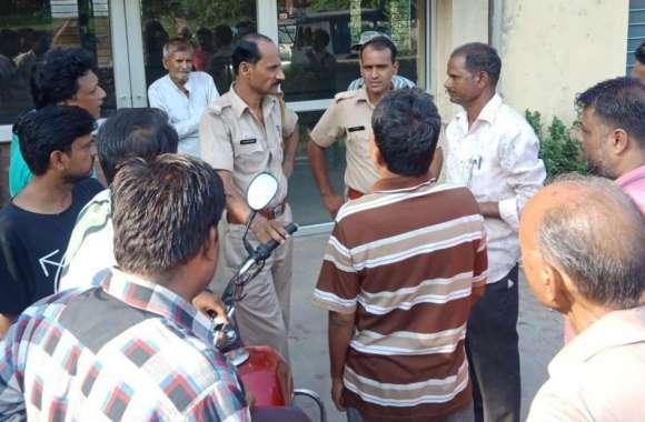 जलापूर्ति नहीं होने से नाराज लोगों ने किया प्रदर्शन, पुलिस ने की समझाइश