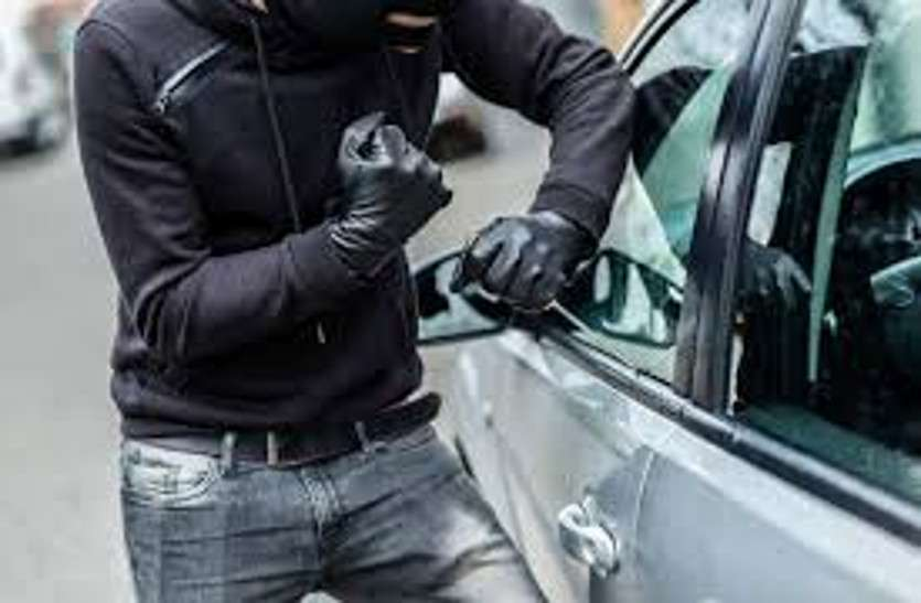 होटल में आराम कर रहे चालक की जेब से चाबी निकाल कार चुरा ले गए