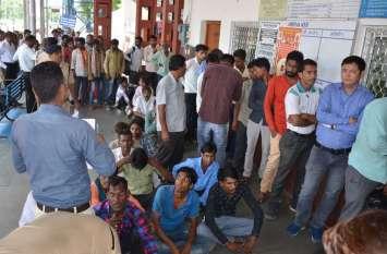चित्तौडग़ढ़ रेलवे स्टेशन पर यात्रियों की टिकट के लिए नहीं इसलिए लगी लंबी लाइन