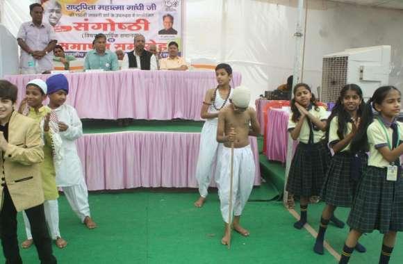 गांधी के जीवन से मिलती है आदर्श जीवन जीने की प्रेरणा