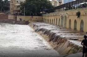 राजस्थान में यहां अचानक पलटा मौसम, मूसलाधार बारिश से घरों में घुसा पानी, बहने लगे झरने