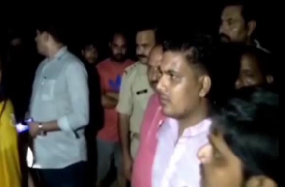 VIDEO: सावन के पहले सोमवार को यूपी के इस जिले में गोवंश की हत्या से भड़के लोग, हिंदू संगठनों ने किया हंगामा