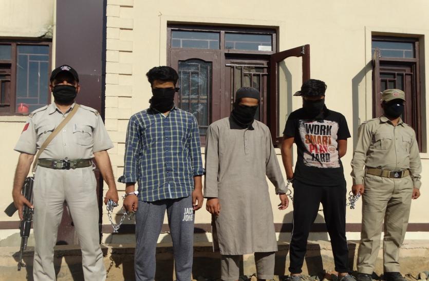 कश्मीर: हिजबुल के तीन आतंकी गिरफ्तार, असलहा बरामद