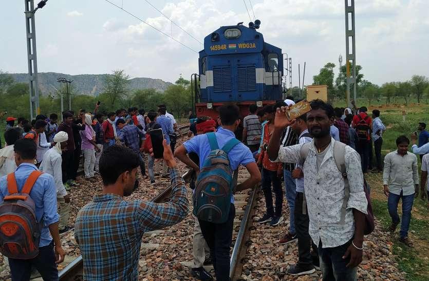 Train accident: पैर फिलसने से तारों पर झूला मजदूर, ट्रेन की चपेट में आने से पैरा कटा, मौके पर मौत